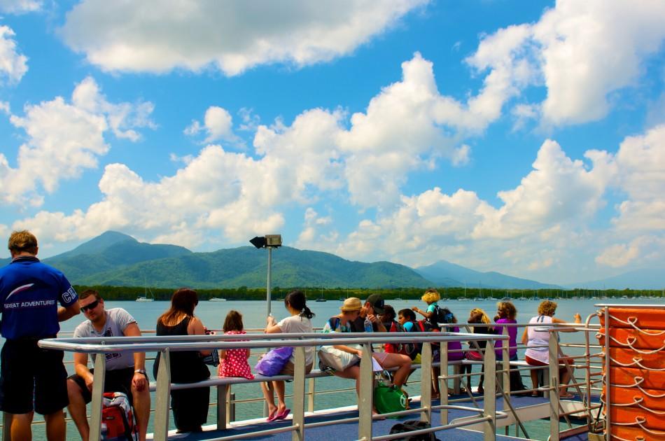 今天是美麗的大晴天啊!船上乘客每個都好開心!