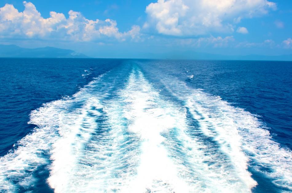 遊艇行駛一段時間後,海的顏色開始變成深藍色的!