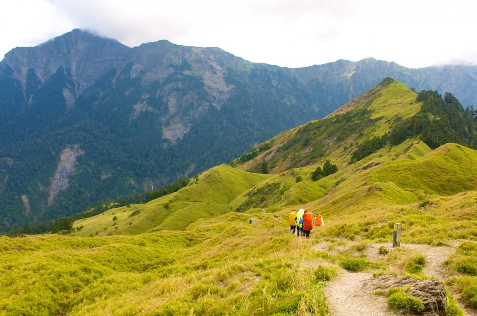 右邊為小奇萊,遠處色澤較暗沈的山岳即是奇萊北峰。