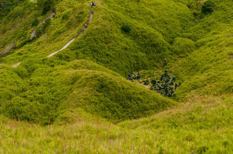 在小奇萊附近遇到一群特戰隊的士兵在山溝裡野餐… 啊~ 不是,應該是在做野外訓練的課程吧!
