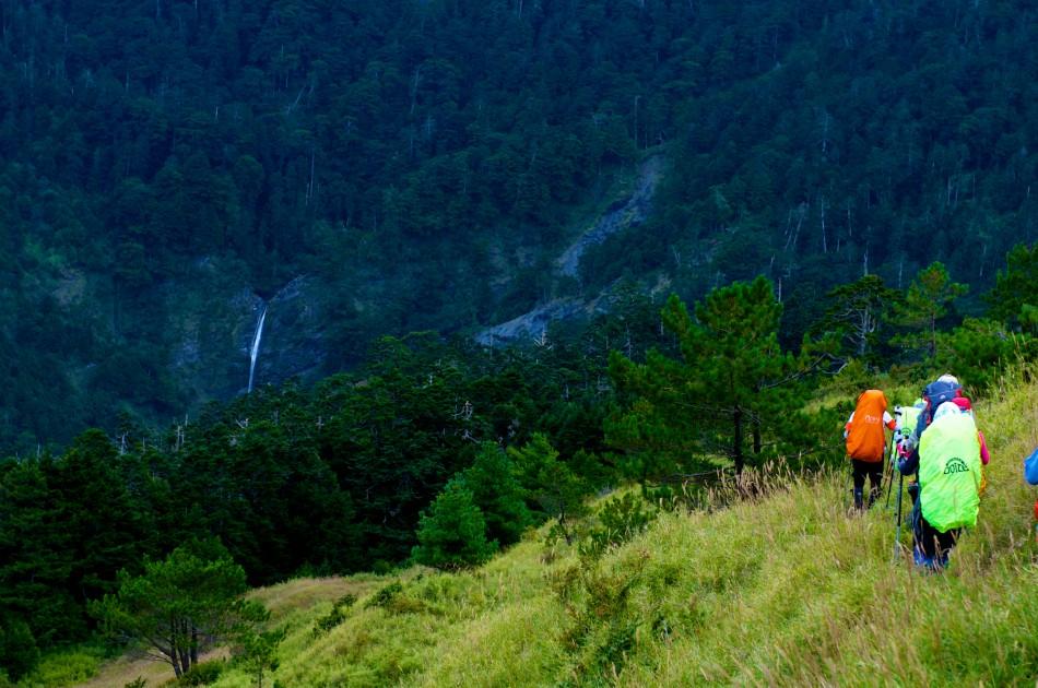 在小奇萊的附近,可以看見在奇萊北峰下的小瀑布。
