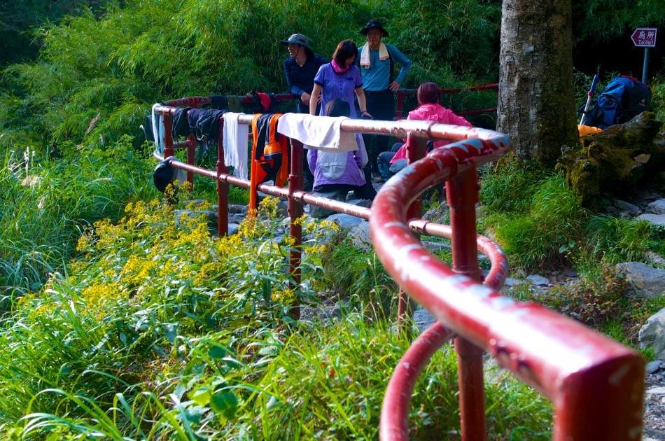 抵達成功山屋後,山屋外的欄杆頓時變成我們的曬衣場!