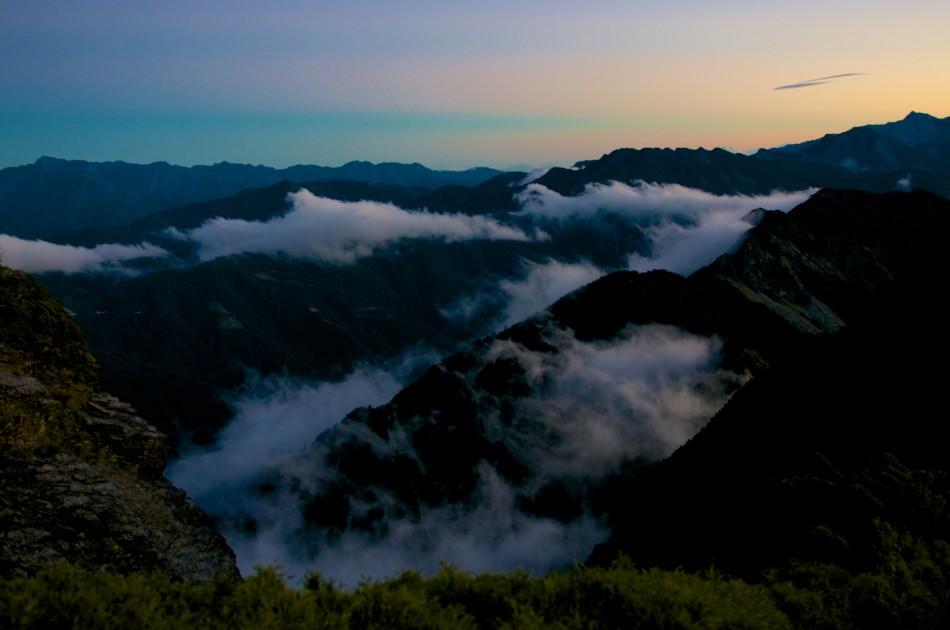 第二天清晨,準備前往奇萊北峰的途上,望見遠處的山嵐~