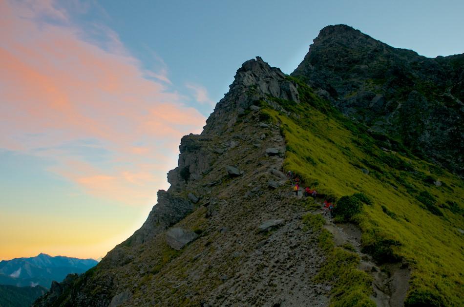 光顧著拍照與欣賞奇萊北峰,不知不覺已經和大家的距離拉開了許多...