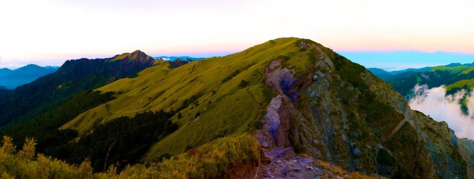 攀登奇萊北峰的路途上,回頭看剛剛經過的路徑。左邊遠處的山頭即是奇萊主峰!