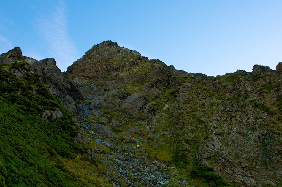 位於奇萊北峰的山頭的正下方… 和大家的距離越拉越開了...