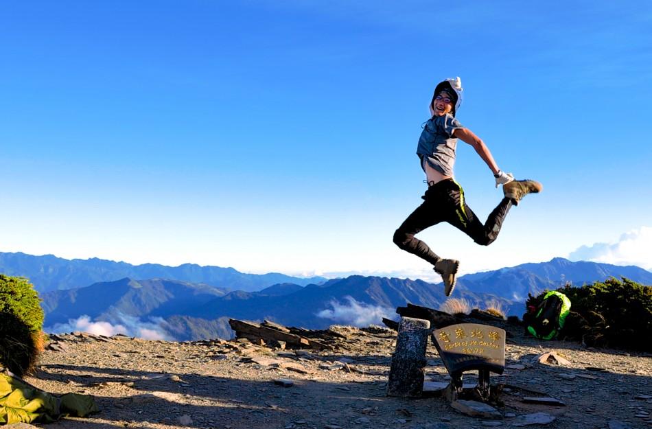 奇萊北峰攻頂成功!看到三角點,一定要跳起來啊!