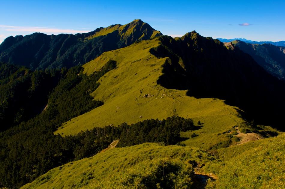 前往奇萊主峰路上有許多小山頭,感謝過去的人將路徑都設在山腰上,不必爬上爬下的~