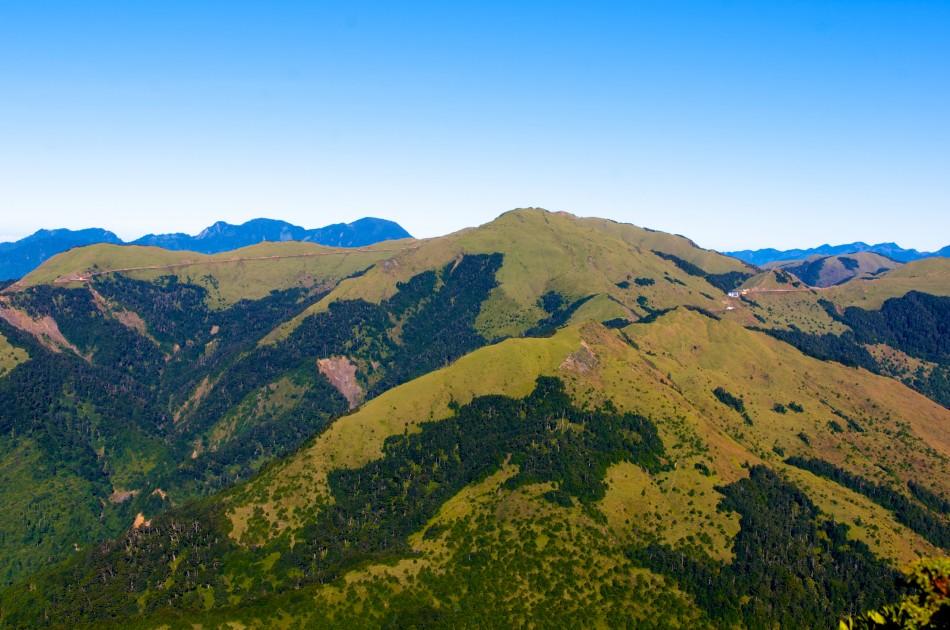 遠望對面的合歡山,左邊的路線即是著名的武嶺合歡山景觀公路!