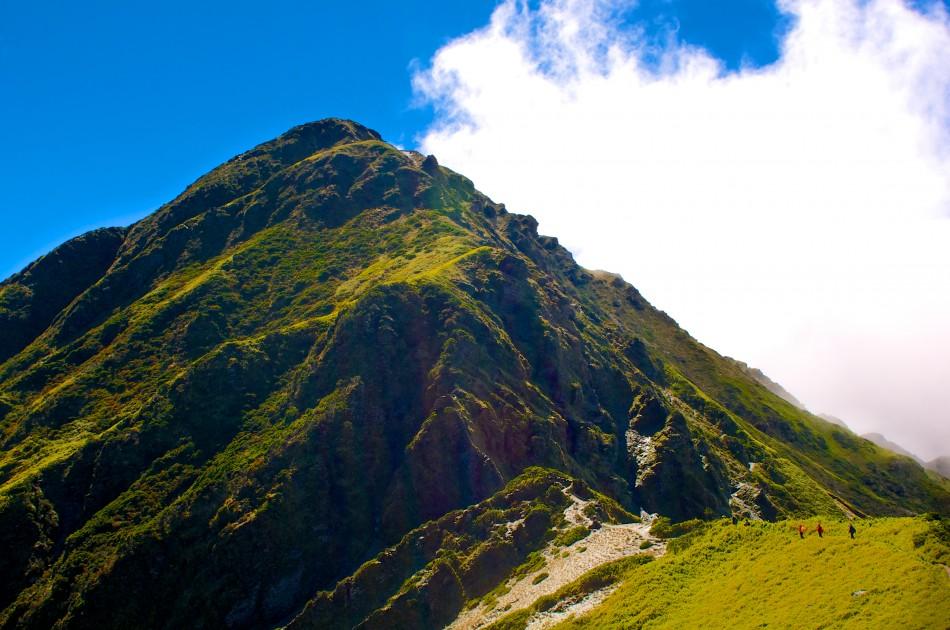 來到奇萊主峰的山頭下了,開始感受到她懾人的山勢!