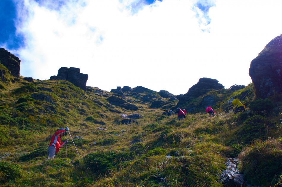 要登上奇萊主峰,要先征服這段陡上的碎石坡!