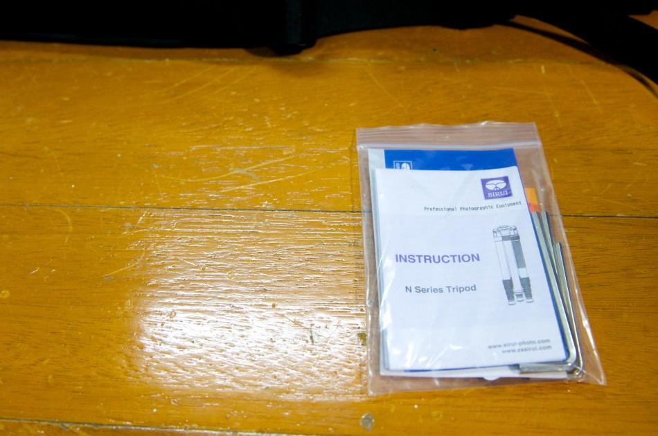 首先是SIRUI N-2205 碳纖維腳架的說明書與保固卡!