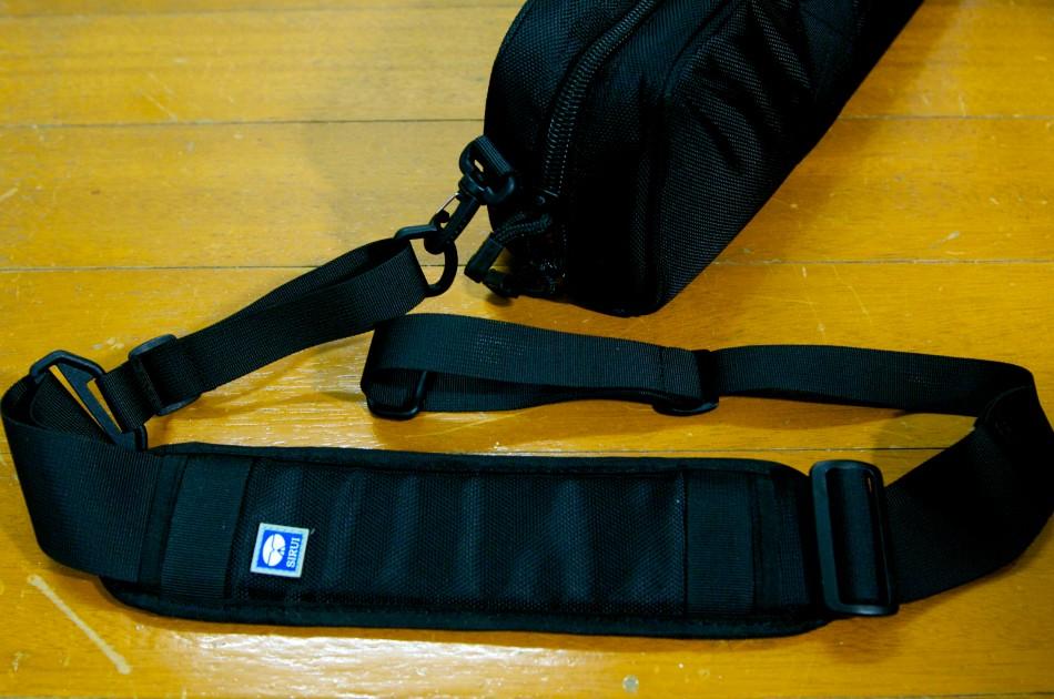 包覆式的背帶的肩帶可以拆卸,拆下來後,可以作為裸背背帶!