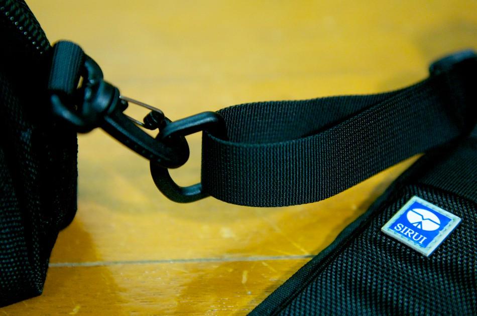 肩帶與包覆飾背帶的連接扣環,可以輕易地拆卸!