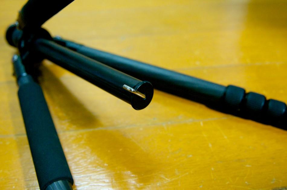 中柱底部有一個掛鉤,可以用來掛背包,以提升穩定度!