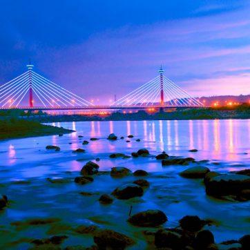 後龍溪的水流並不湍急,因此,在新東大橋的橋下很容易可以找到可以將水流安排為前景的攝影點位。