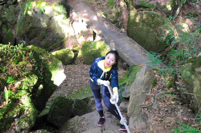 過橋後要拉繩攀岩~
