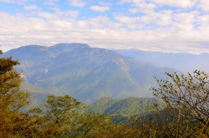 攻加里山山頭前就有群山美景可以欣賞!