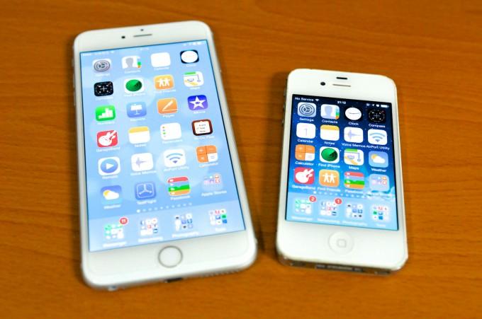 OK~ 新的iPhone 6 Plus都整備好了~ 和舊的iPhone 4s來張合照!