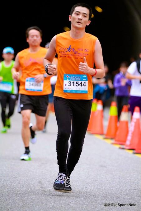 我在2014太魯閣峽谷馬拉松終點前!