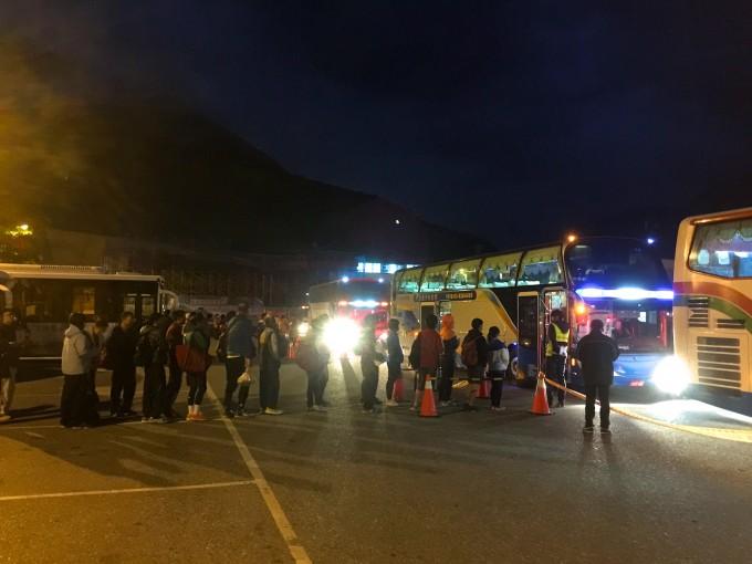 在新城(太魯閣)車站前的太馬接駁地點,大家都在排隊上車,準備前往會場囉!