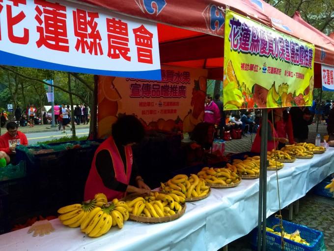 花蓮縣農會有提供免費的香蕉讓選手吃,在這冷颼颼的冬季跑馬拉松,吃香蕉可以補充熱量喔!