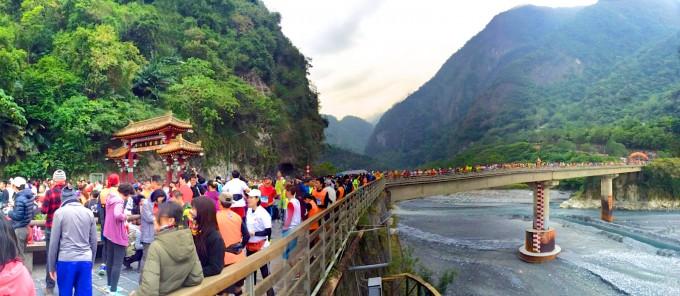 附上一張在起點拍的全景圖,這裡是錦文橋與太魯閣牌樓!