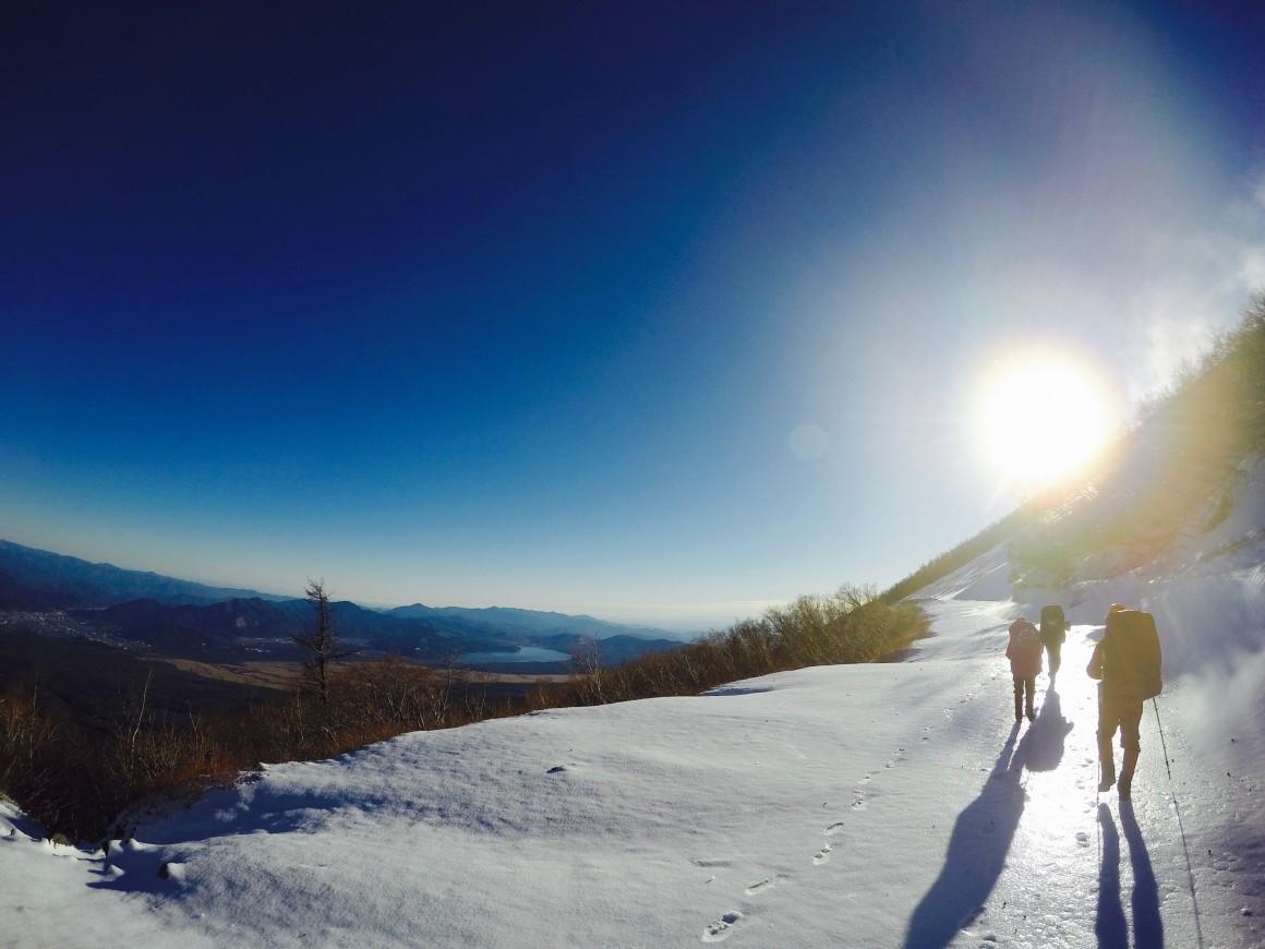 藍天白雲與白靄靄的雪地景色~ 相當美麗~